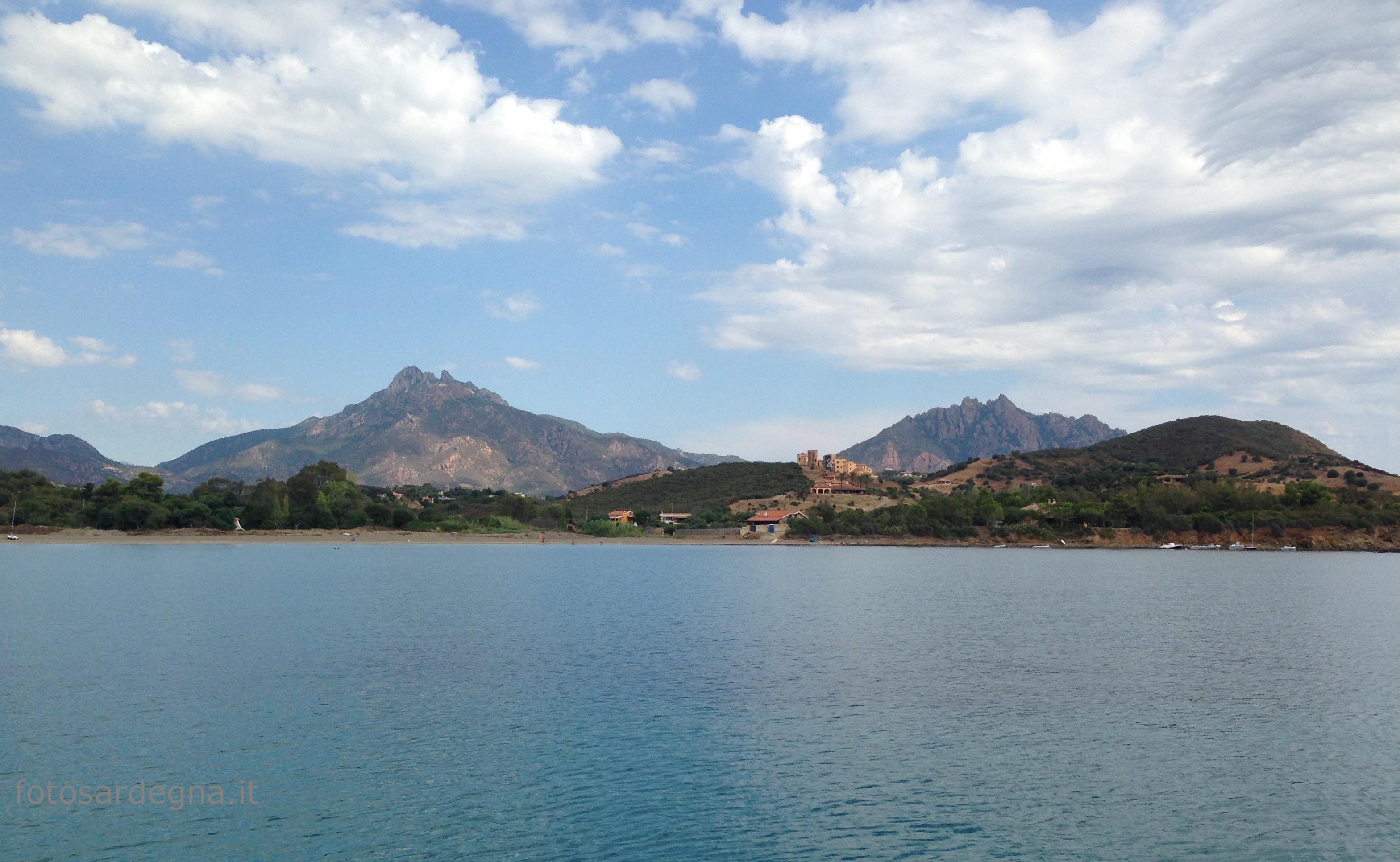Vista dalla Baia di Sarrala del massiccio di Monte Ferru e, a destra, Punta Cartucceddu.