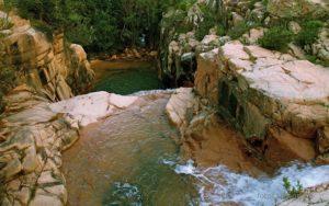 Piscina 'e Cerbu, i terrazzamenti di granito, la cascata e la serie di grandi vasconi.