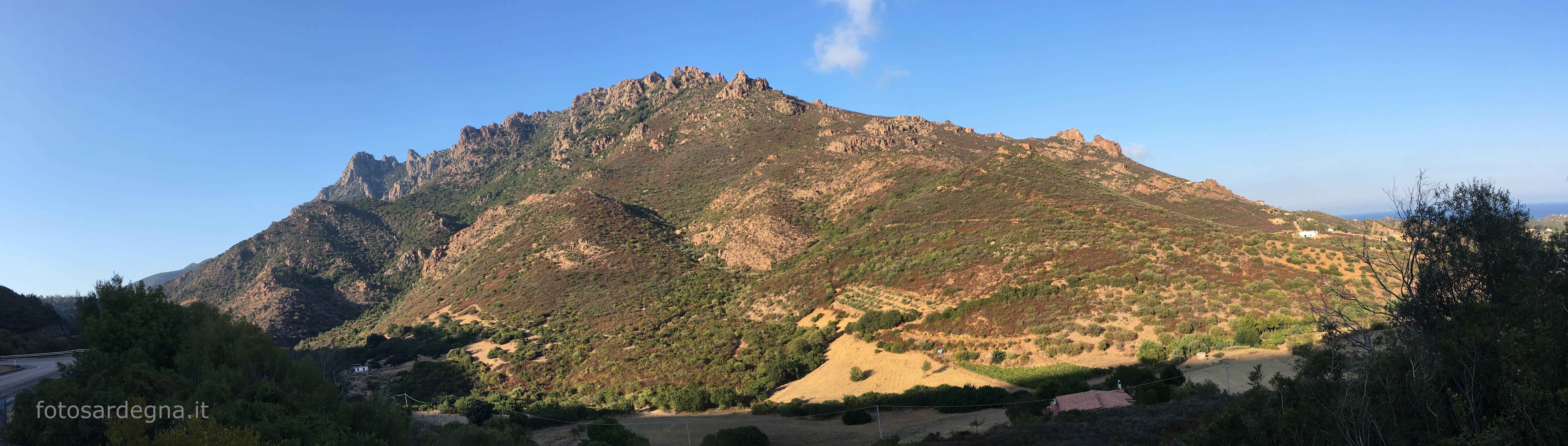 L'imponente complesso montuoso di Monte Ferru visto da sud.