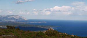 Tacca Abba Canuda, vista sulla piana di Tortolì, Capo Bellavista e in fondo il bastione calcareo del Supramonte di Baunei fino a Capo di Monte Santo (clicca e ingrandisci).