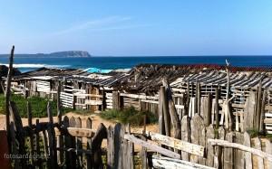 La baracca di legno sul costone di roccia che divide le due spiagge.
