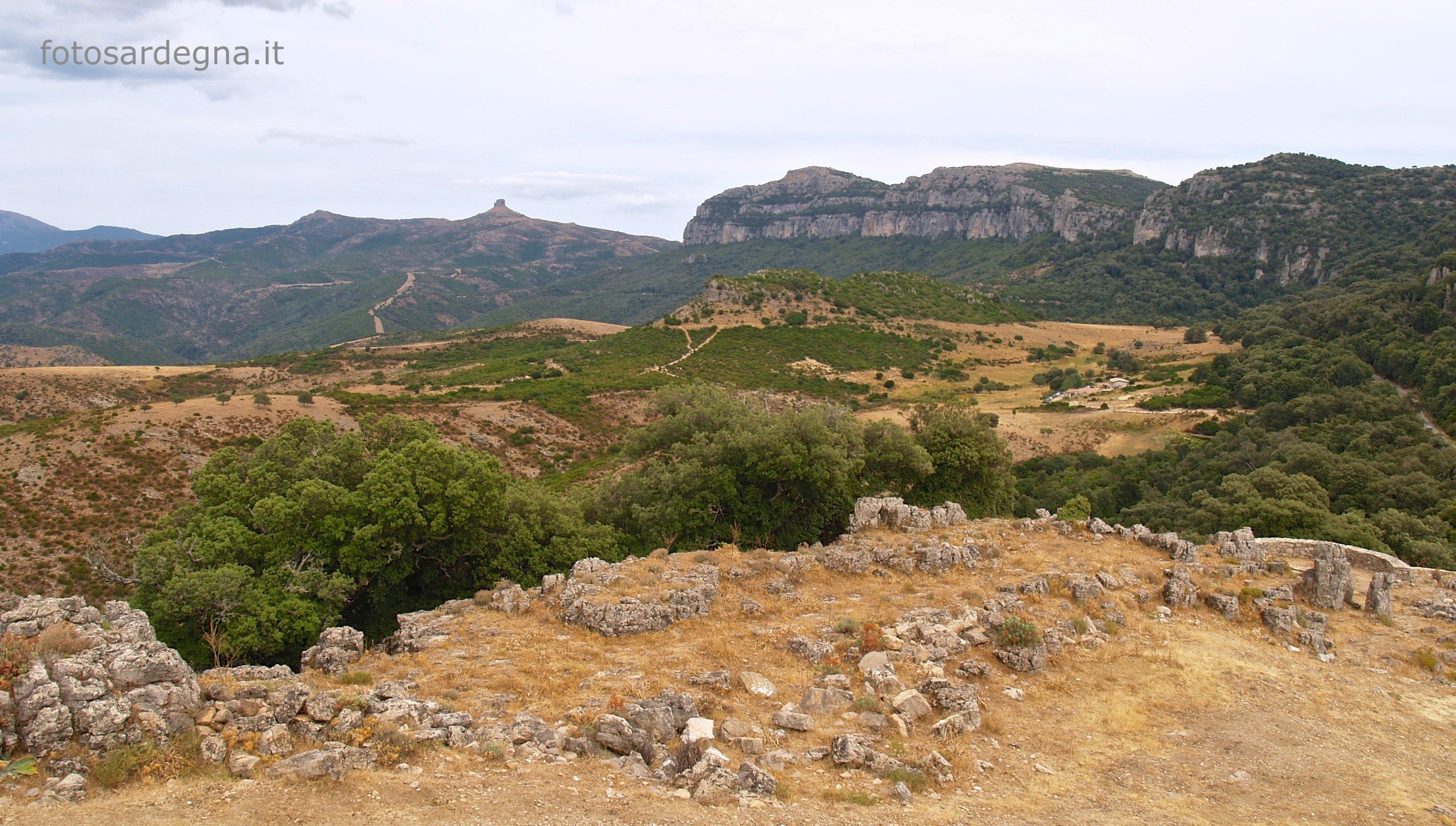 Vista dal Nuraghe Ardasai del complesso del Monte Tonneri e di Perda Liana.