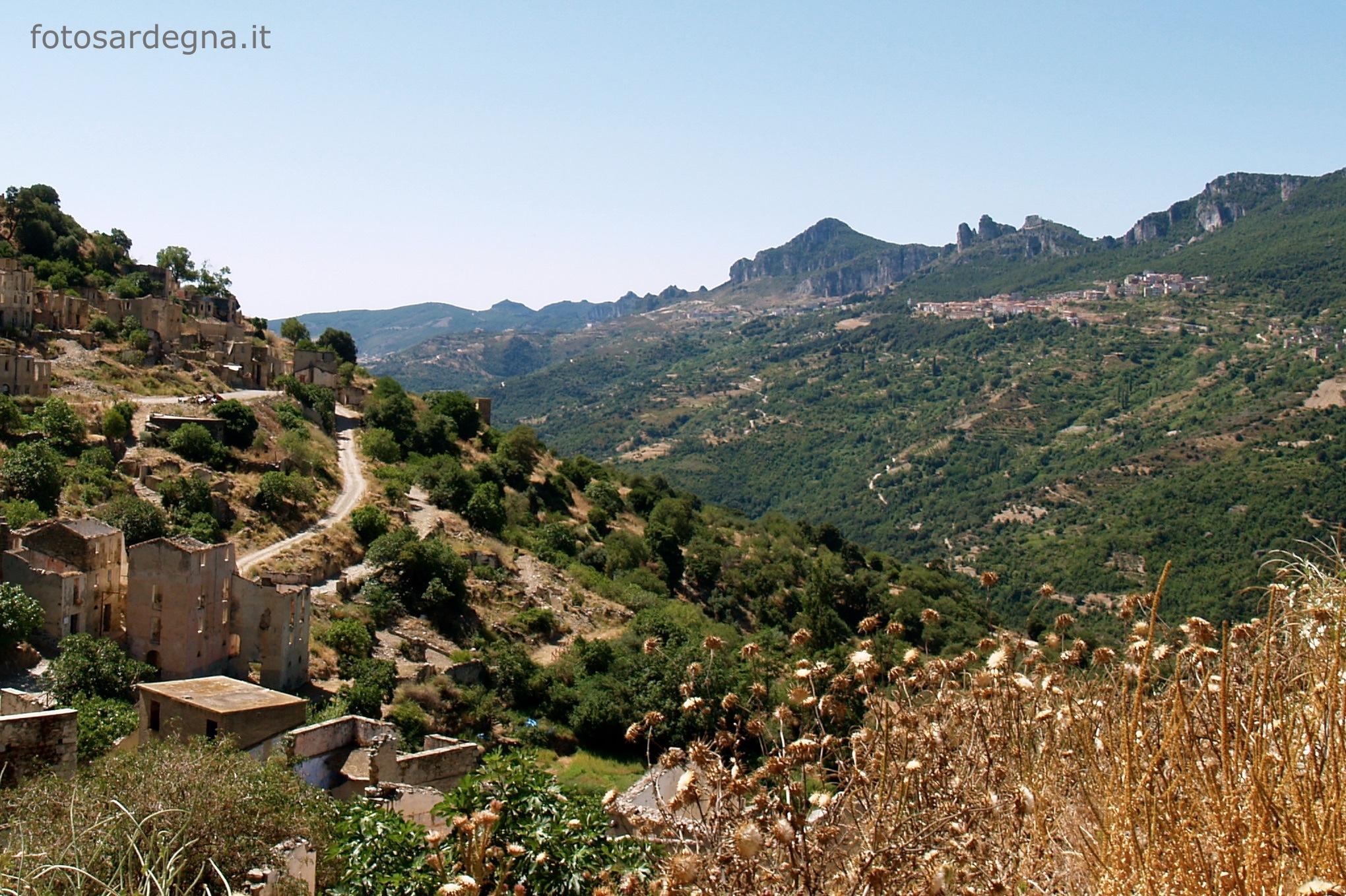 Gairo Vecchio: vista dei Tacchi di Osini (Bruncu s'Armidda) e Ulassai (Bruncu Matzeu).
