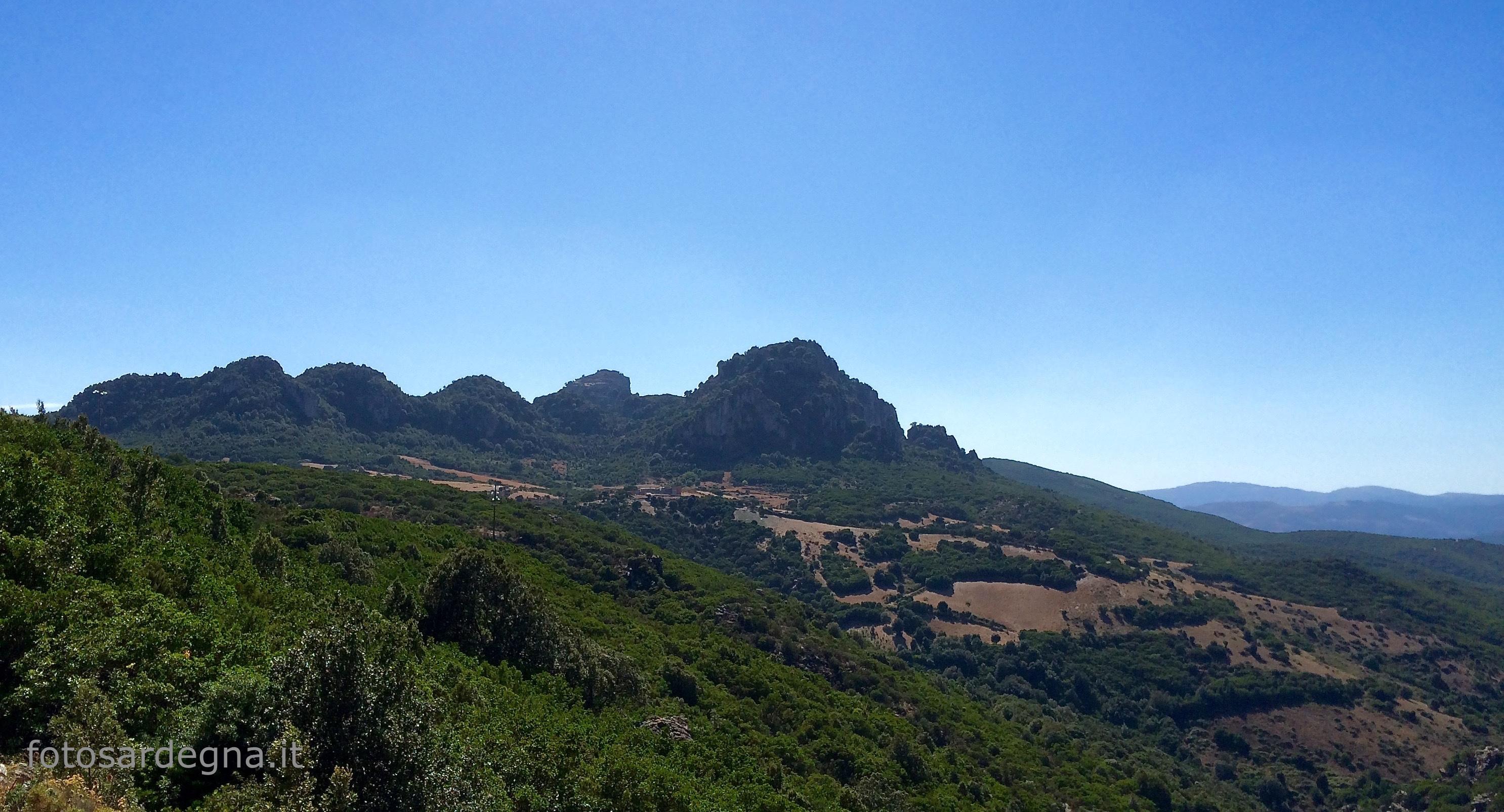 Il gruppo di Tacchi di Punta Corongiu (1.009 mt.), Monte Longu (964 mt.) e Pitzu de Gedili (910 mt.), in territorio di Ulassai.
