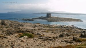 La Torre della Pelosa e dietro l'Isola Piana e l'Asinara.