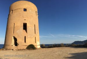 Torre San Giovanni di Sarrala (Tertenia) domina un ampissimo tratto di costa (più di 20 chilometri) che va da Capo Sferracavallo (a nord) fino all'Isola di Quirra (a sud)