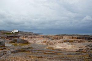 La Punta è formata da blocchi rocciosi di strutture e colorazioni diverse: sul fondo Punta delle Oche.