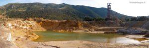 Il bacino d'acqua della diga dei fanghi, il Posso Faina e sullo sfondo i monti di Arbus con Punta Malacuba (sx) e Punta S'Accorradroxiu.