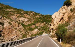 Le curve a gomito sono una caratteristica del percorso stretto fra le coste granitiche di montagne bellissime, ricche di vegetazione.