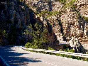 Qui è evidente quanto la strada segua il corso tortuoso del Riu Picocca.
