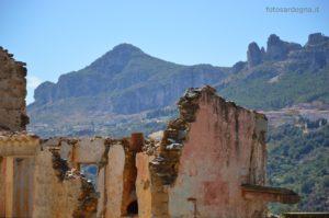 Gli intonaci colorati delle case e sullo sfondo l'imponente sagoma di Bruncu Matzeu, il grande Tacco di Ulassai.