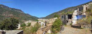 Vista del paese da sud, sullo sfondo il passo di Genna Filixi.
