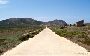 La strada che abbiamo percorso scende tra Punta Marcutza, a sinistra, e Punta Tumbarino.