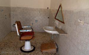 L'interno, molto spartano, del locale barberia.