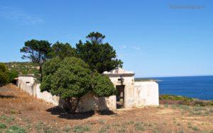 Il piccolo cimitero di Cala d'Oliva.