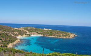 Cala Sabina (o Cala dei Ponzesi) ha una spiaggia liberamente accessibile, sabbia bianchissima e acqua turchese.