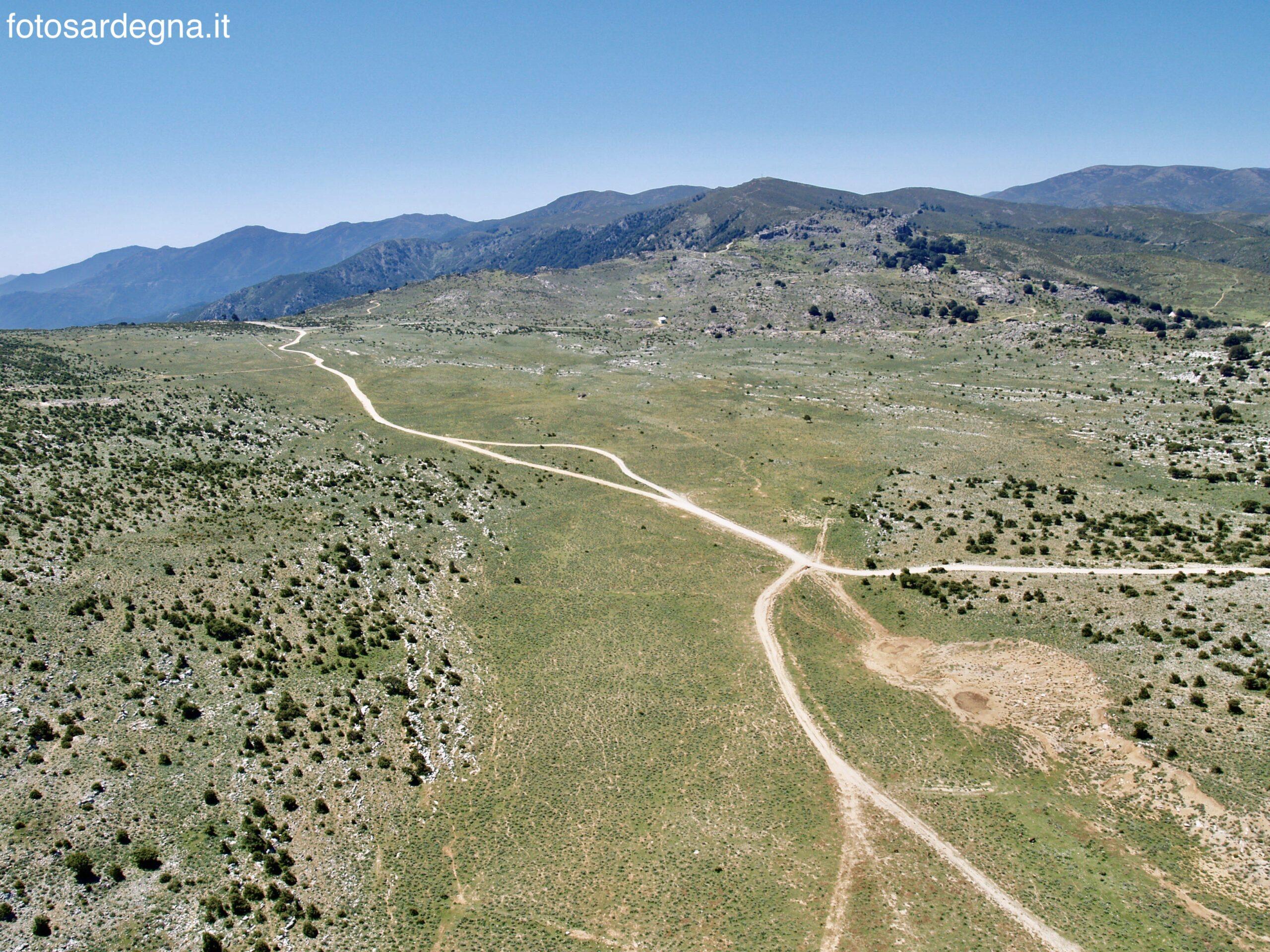 Vista aerea di Campu Oddeu verso sud; sullo sfondo Bruncu Pisucerbu, Monte Olinie, Monte Orguda, tutti abbondantemente sopra i 1.300 metri d'altezza.