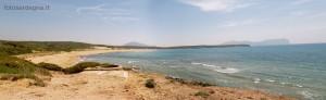 Porto Ferro da nord, sullo sfondo da sx il Monte Doglia e sulla dx il Monte Timidone e l'inconfondibile sagoma di Punta Cristallo.