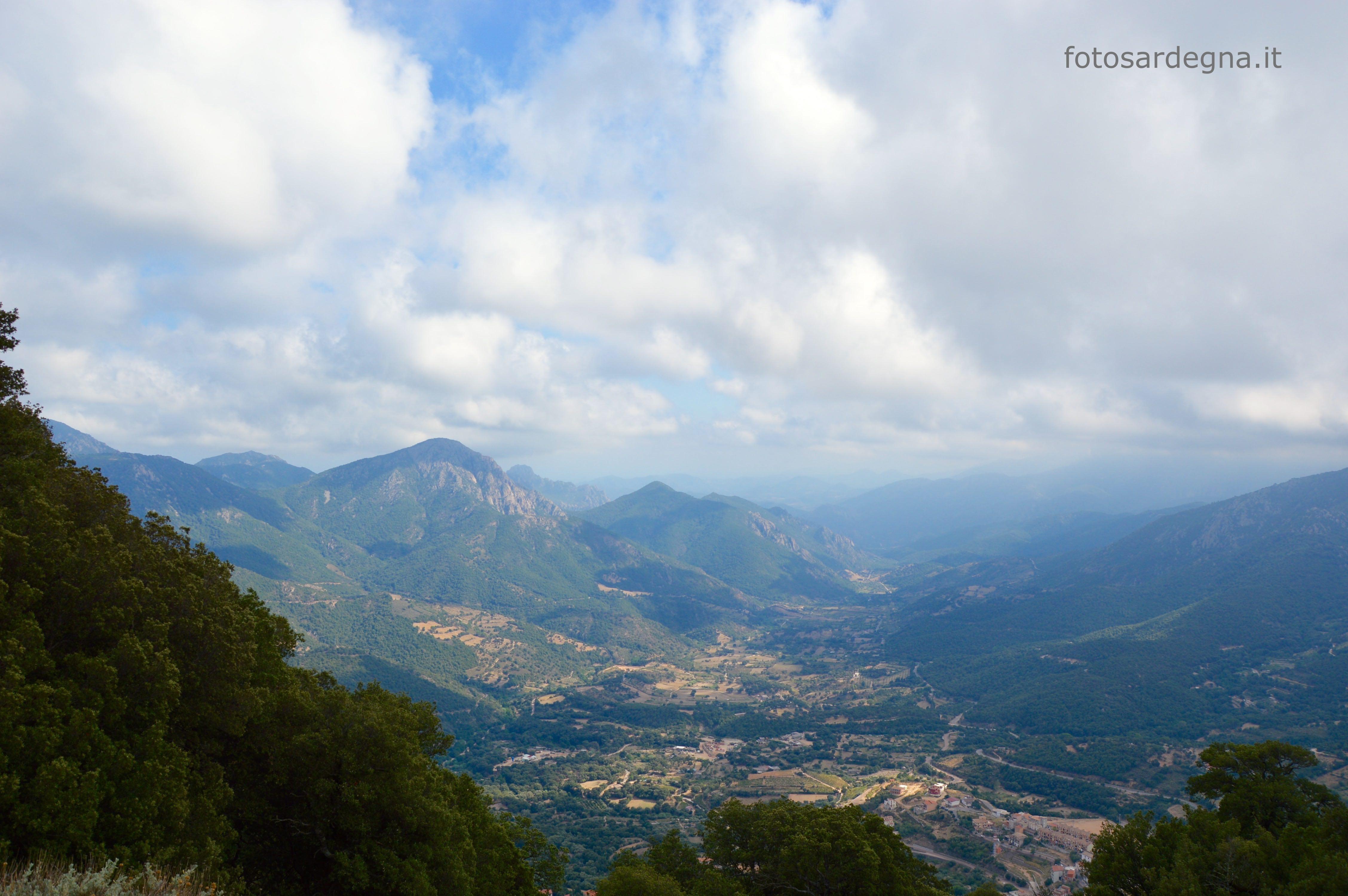Vista della valle di Urzulei, che si intravede in basso a destra, e Talana; sulla sx è ben visibile Monte Orosei.