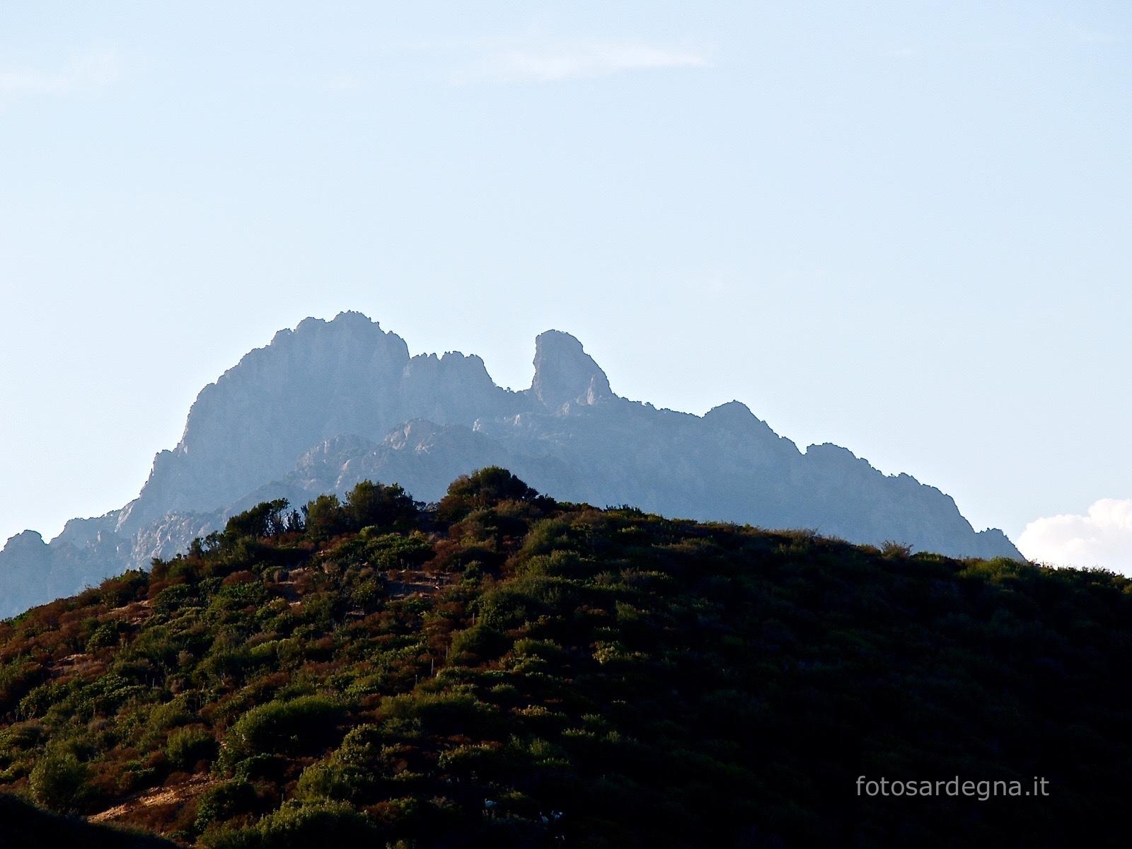 le creste granitiche del Monte Ferru, somigliante la testa di un uomo barbuto disteso.