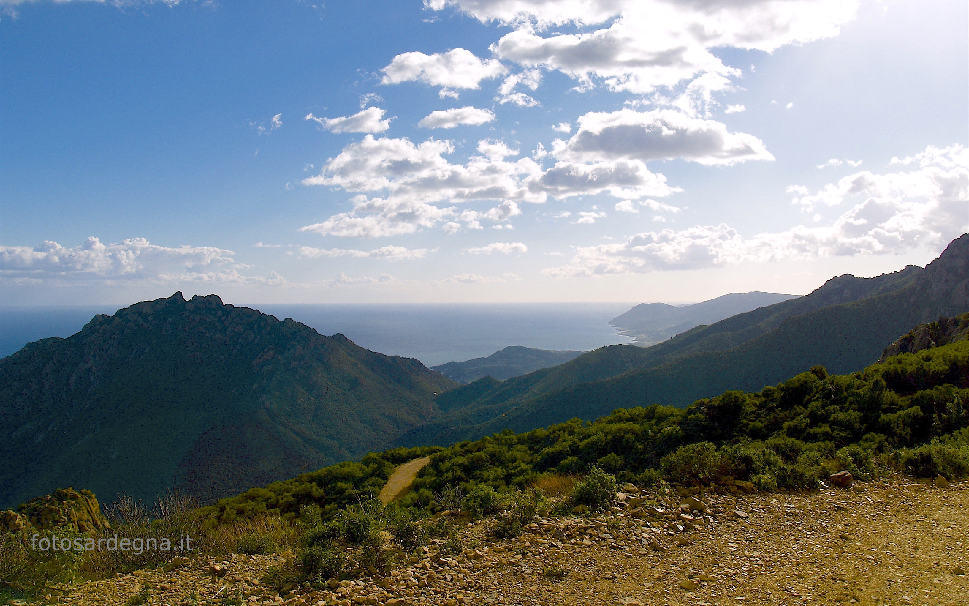 Tacca Abba Canuda, vista verso sud del bellissimo porfido rosso di Punta Cartucceddu e della valle e di Sarrala (clicca e ingrandisci).