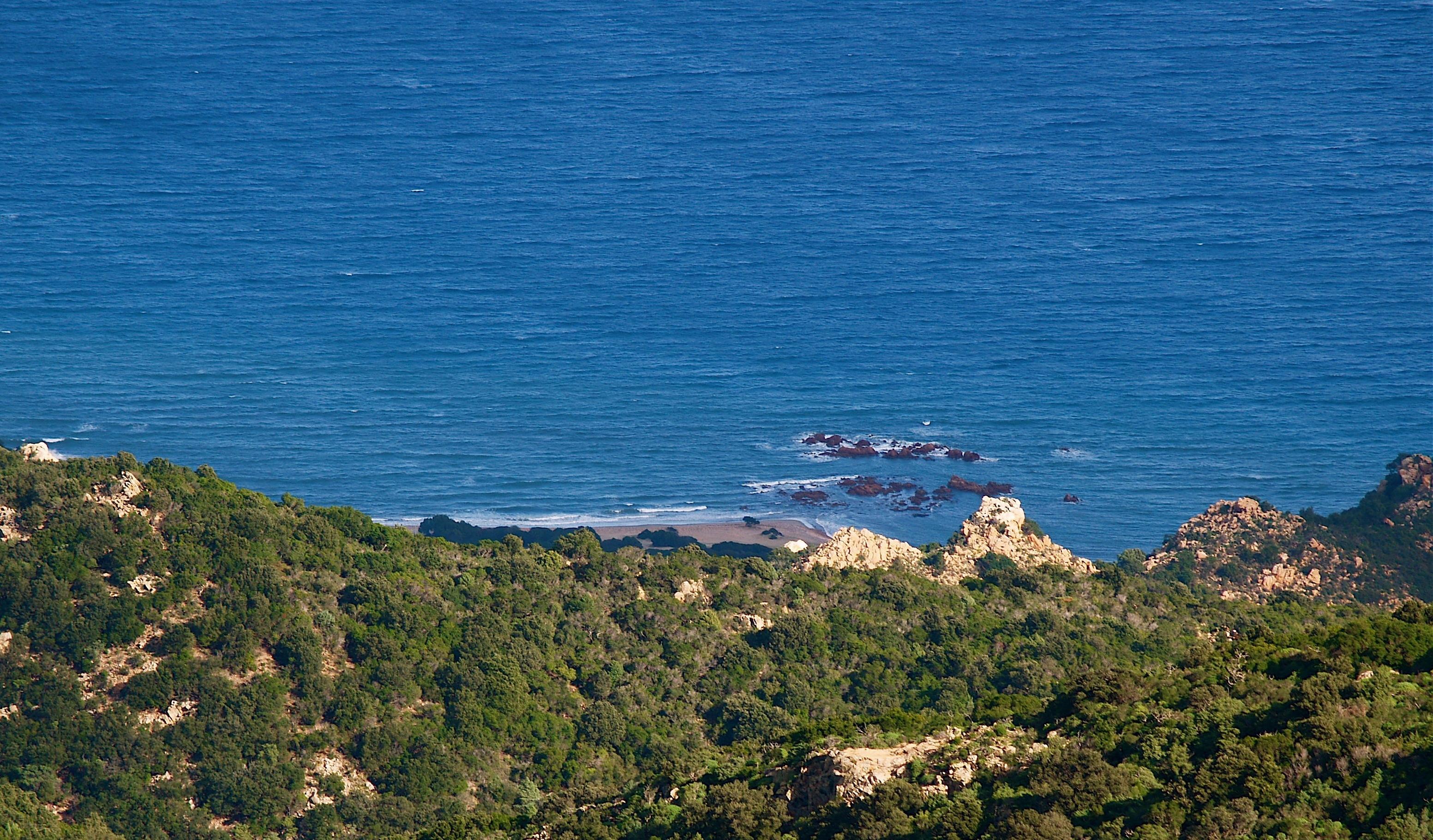 La bellissima punta della spiaggia di ciotoli di Coccorocci, una delle più estese della Sardegna, vista da Tacca Abba Canuda.