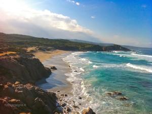 La spiaggia occidentale di Rena Majore, da notare il colore del mare in prossimità della costa, dovuto alla composizione granitica della sabbia.