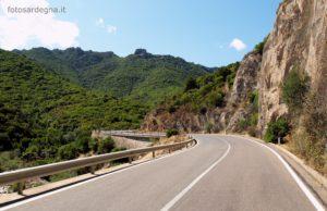 A metà del percorso, in località Monte Malliu, la strada costeggia il bordo settentrionale del Massiccio dei Sette Fratelli.