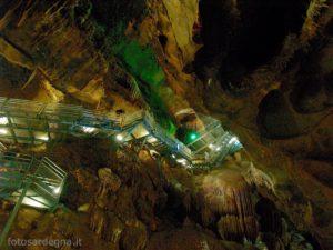 Grotte di Su Mannau, la bellissima scalinata che scende alla base del Pozzo Rodriguez.