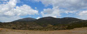 I monti di Talana Bruncu Pisucerbu (a dx 1.348 mt.) e Punta Soleadduci (al centro, 1.358 mt.); sulla sinistra spunta la cima bianca di Punta Ispignadorgiu (1.232 mt.).