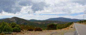 La strada del nostro itinerario, a sinistra Bruncu Gasidargiu (1.214 mt.) e sulla destra l'ampia mole del Monte Genziana (1.506 mt.).