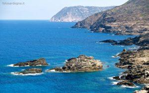 La costa occidentale degli Stretti, gli Isolotti Candeliere in primo piano e sul fondo Punta Ruda e poi Punta Grabara.