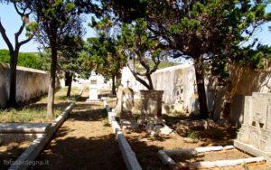 L'interno del cimitero di Cala d'Oliva.