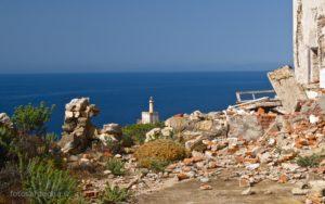 Vista del faro dalla ex stazione semaforica di Punta dello Scorno, edificio ora quasi in macerie.