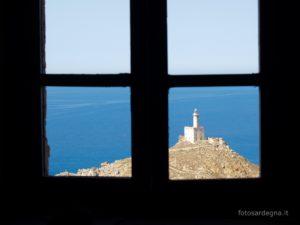 Il faro di Punta dello Scorno immerso nel blu, attraverso una finestra dell'ex Stazione Semaforica.