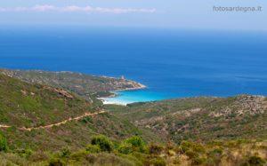 Cala d'Arena, poco a sud est di Punta dello Scorno, è caratterizzata da una sabbia rosata ed è sottoposta a regime di tutela integrale.
