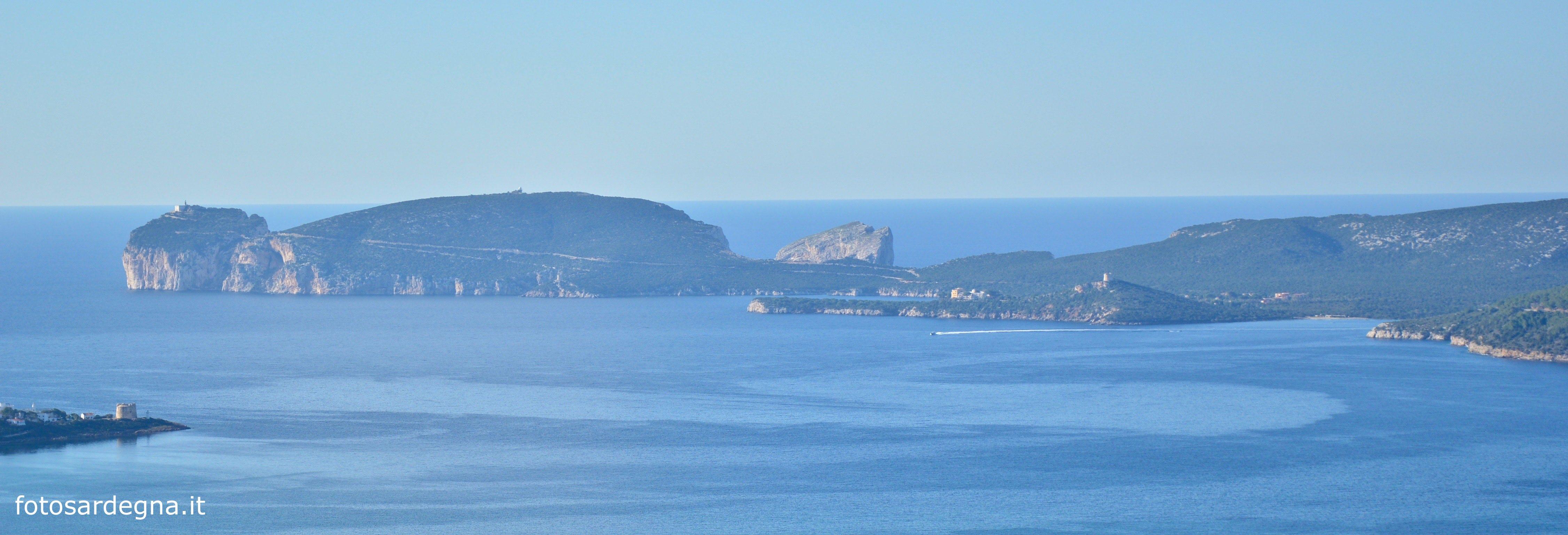 La Baia di Porto Conte è chiusa sul lato occidentale dal promontorio di Capo Caccia. Vista da Monte Doglia.
