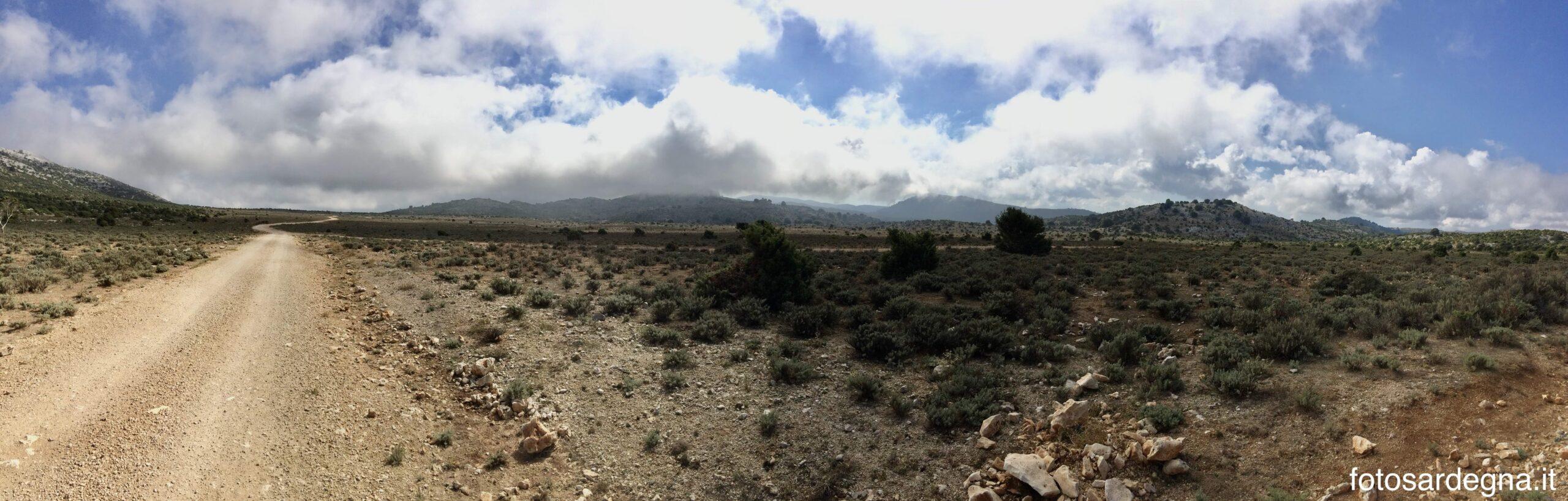 Campu Oddeu, vista verso sud, capita che in breve tempo ammassi nuvolosi attraversino bassi e veloci sull'altopiano completamente aperto in direzione del mare.